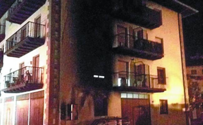 El incendio de un coche obliga a desalojar un bloque de pisos en Elizondo