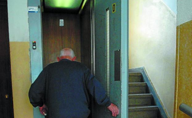 Una persona mayor entra en el ascensor para subir a casa./MORQUECHO