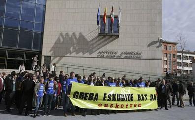 Concentraciones en Euskotren para reclamar a Gobierno Vasco la aprobación de su convenio