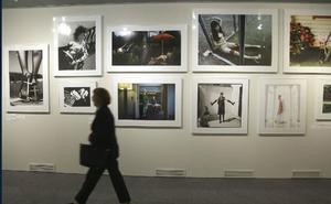 El Museo Balenciaga muestra la historia de la fotografía de moda de España en 107 imágenes