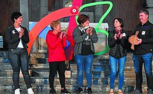 Kilometroak 2019 festa antolatzeko lekukoa hartu du Ikastolak