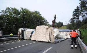 El vuelco de un camión en Eibar colapsó ayer la AP-8 y provocó retenciones kilométricas