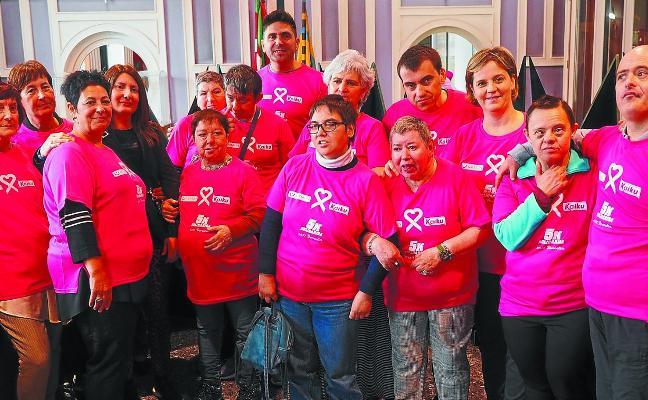 Katxalin y Goyeneche cuelgan el lazo rosa contra el cáncer de mama