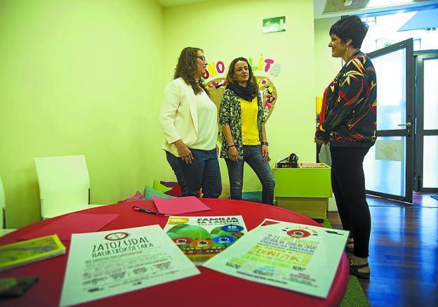 Mónica Martínez, Irati Redondo y Maider Aizpurua, en el Txikilab de Palmera Montero./F. DE LA HERA