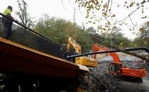 Continúan los trabajos para retirar el puente hundido en Hernani