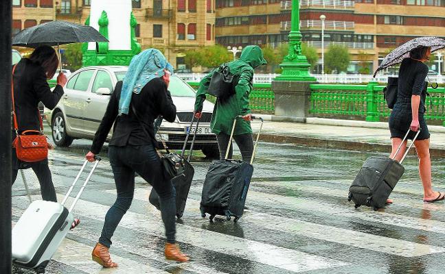 'Leslie' salpica Gipuzkoa de lluvia y frío