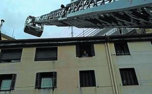 Rescatan a una persona que se precipitó a un patio en Donostia