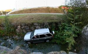 Un vehículo acaba en el río en Oiartzun