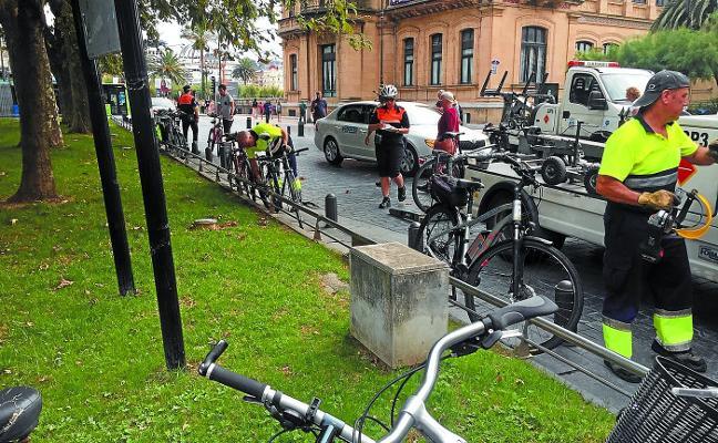 La grúa de San Sebastián retira casi 200 bicis por estar candadas a mobiliario urbano