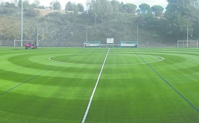 El campo de Berio ya luce nuevo césped tras una inversión de 211.000 euros