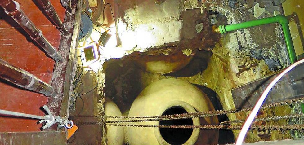 Hallan cinco tinajas de aceite del siglo XVI en una obra para un ascensor en la Parte Vieja