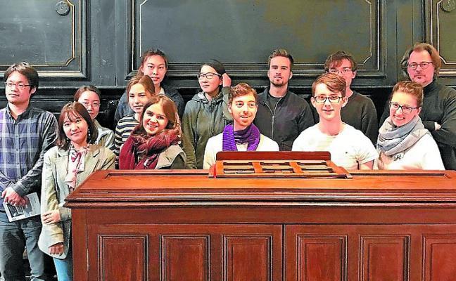 Alumnos alemanes de música eclesiástica conocieron el órgano de Santa María