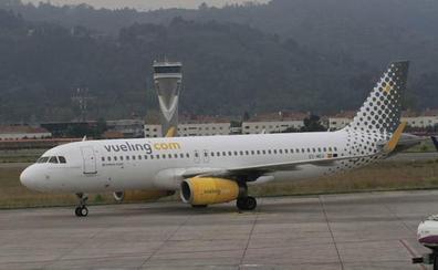 Un avión pierde la tapa de un motor al despegar y causa retrasos y un desvío en Loiu