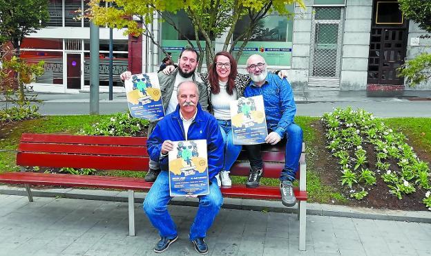 Cinéfilos. Eneko Sánchez, Iñigo Martínez, Juncal Eizaguirre y Jon Paul Arroyo, con el cartel de la próxima sesión de Bizinema Bang Bang. /