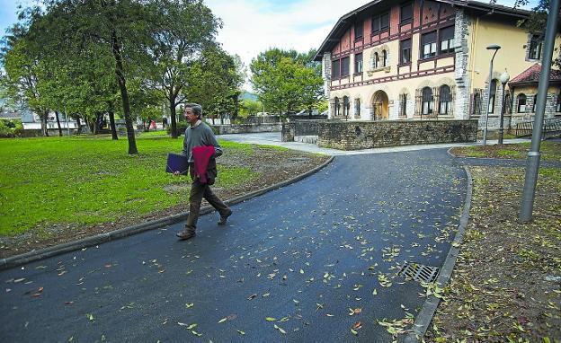 Uno de los paseos del parque Mendibil, que conduce hasta el Conservatorio municipal, recién asfaltado. / FOTOS: FERNANDO DE LA HERA