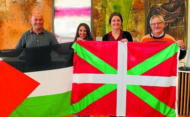 El Consistorio recibió ayer la visita de la activista palestina Dalia Nassar