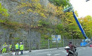 Un carril cortado en Easo para eliminar la vegetación del muro de San Bartolomé