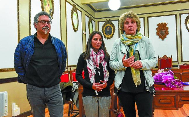 Dalia Nassar lució el pañuelo lila, símbolo de la lucha feminista