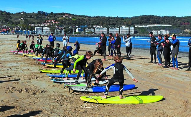 El primer 'Korkoiak Surf Jaia' reunió a casi un centenar de participantes en Hendaia