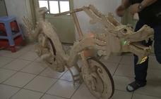 Un chino fabrica una bicicleta con forma de dragón hecha de palitos de helado