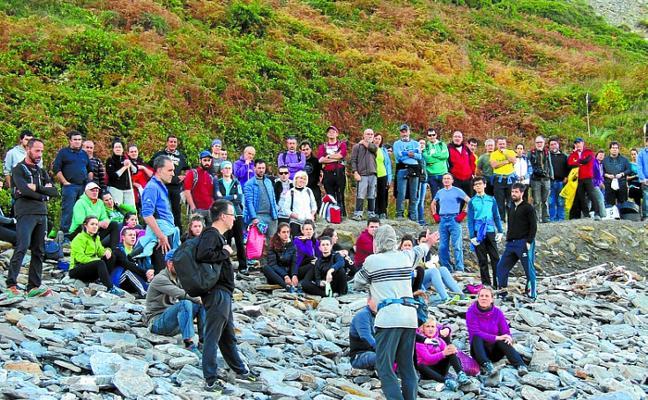 200 personas han participado en la limpieza de la costa entre Deba y Zumaia