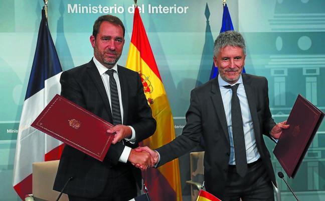 Francia nombra a un interlocutor para «corregir» la devolución de migrantes en la muga de Irun