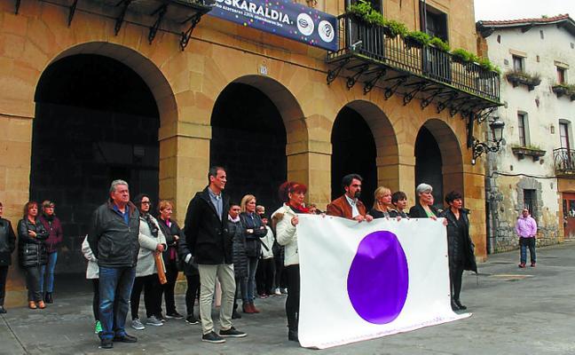 Concentración ayer en San Juan Plaza por el ataque machista del pasado domingo