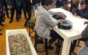 Se presenta en una tienda con 100.000 rublos en monedas para comprarse un móvil