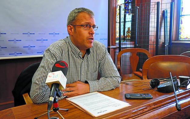 El delegado de Bienestar social, Sergio Corchón, ayer en rueda de prensa. / F. DE LA HERA