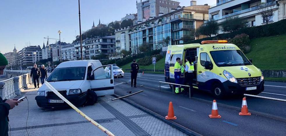 Se sale de la calzada, cruza el bidegorri y termina en mitad del Paseo de La Concha de San Sebastián