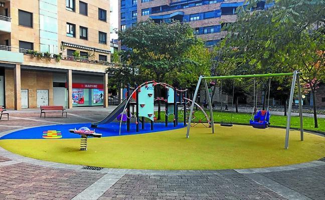 El parque de la plaza Zapatari ya luce renovada una zona de juegos infantiles con solera acolchada
