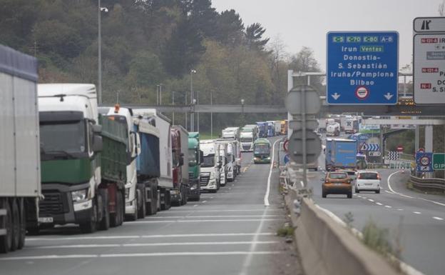 Retenciones en Biriatou por el cierre de la frontera a camiones. /De la Hera