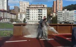 Arroja polvo de cemento a las autoridades en la inauguración de la pasarela de Trintxerpe