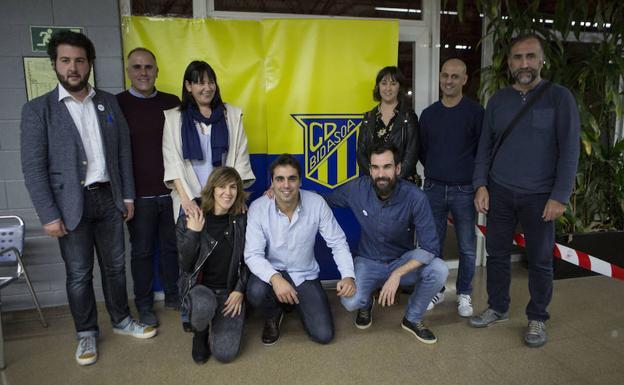 Gurutz Aginagalde posa como nuevo presidente junto a su equipo./F. De la Hera