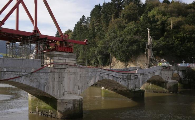Avanzan las obras de reconstrucción del puente que une Deba y Mutriku