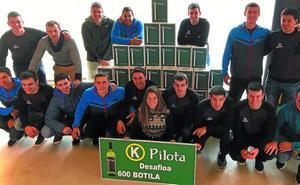 Los pelotaris de Aspe reciben las botellas de txakoli ganadas en el Desafío de Donostia