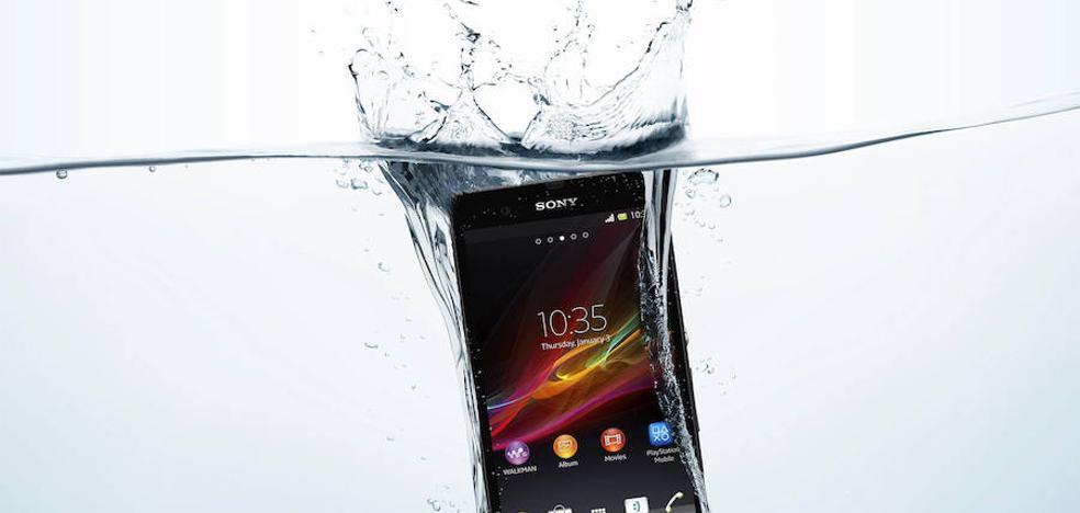 Caídas, calor, golpes, agua... así sufren (y se prueban) los móviles
