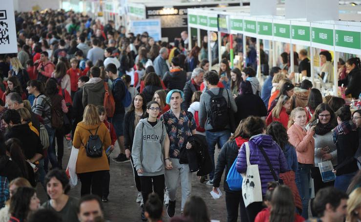 Miles de estudiantes abarrotan la Azoka de Durango