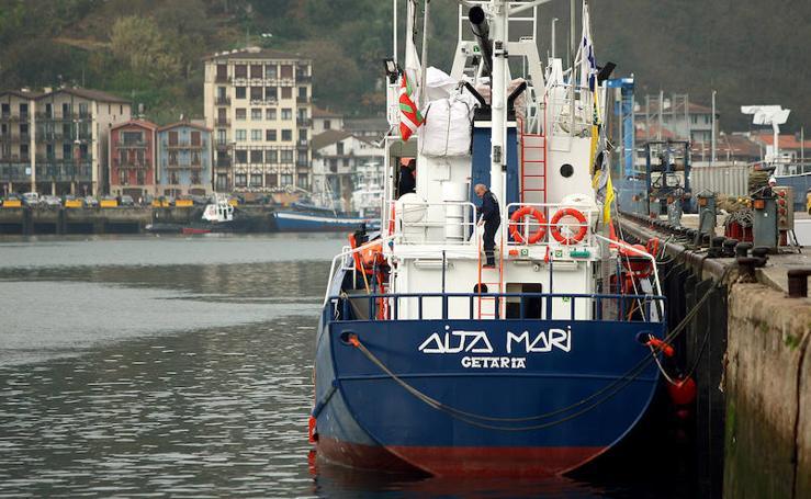 El 'Aita Mari' aguarda en Pasaia la orden para partir al Mediterráneo