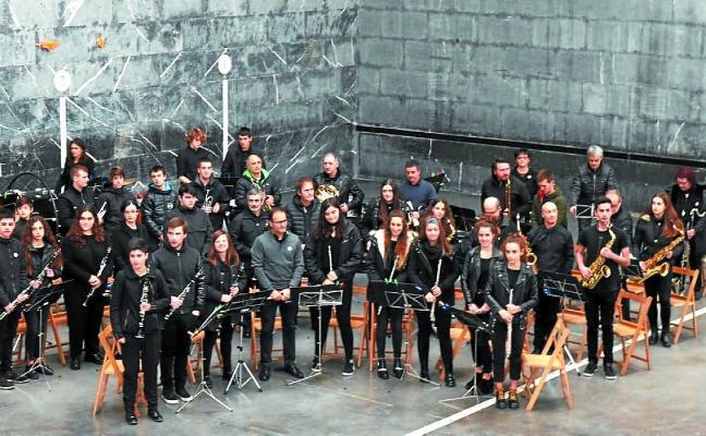 La Banda de Música hizo disfrutar a los que se acercaron a Aduna
