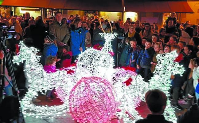 Las luces de Navidad ya iluminan las calles de Zarautz