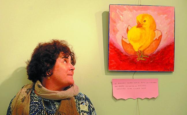 Rosario Baglietto pone pintura a una lección escolar en el Centro social Untzaga