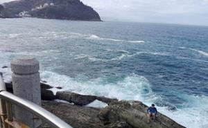 Jugarse la vida por una foto en el Paseo Nuevo de San Sebastián