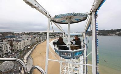 La noria de San Sebastián recibe 3.000 viajeros al día