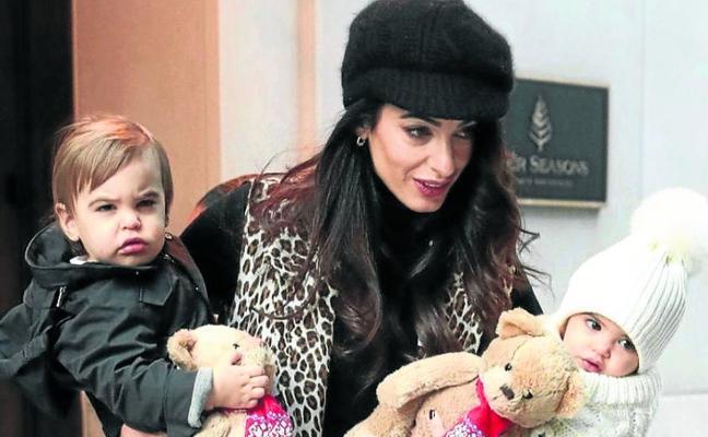 Amal enseña a sus gemelos