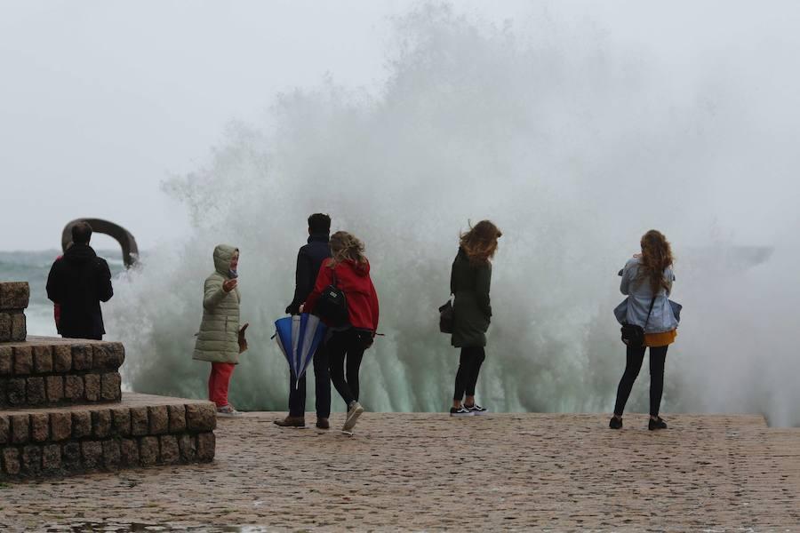Amplían hasta mañana la alerta por olas de más de cinco metros en Gipuzkoa