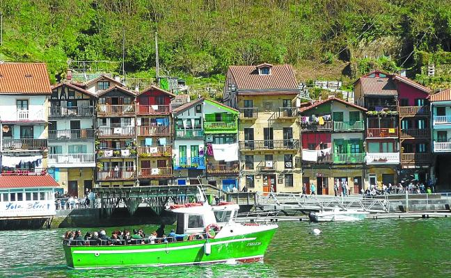 Pasaia apuesta por el turismo industrial con un paseo en barco