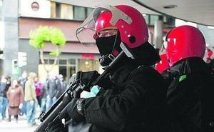 Un ertzaina de la Brigada Móvil dispara a una ventana en una guardia
