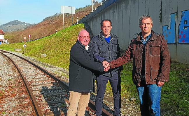 Sellado el acuerdo para la adecuación del camino peatonal junto a la estación de Lasao