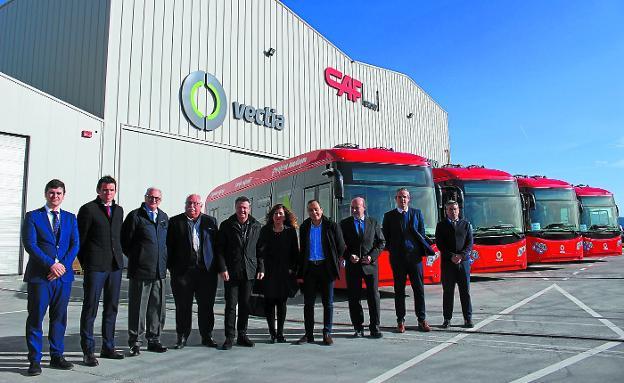 Responsables de CAF, Vectia, Ayuntamiento de Irun y la operadora AUIF en la planta de Vectia con los cuatro autobuses eléctricos que operarán en Irun./ IÑIGO MORONDO